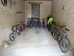 Local à vélos avec 8 vélos adultes et 3 vélos enfant