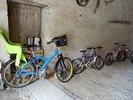 Un vélo est équipé d'un porte bébé