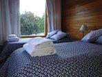 Dormitorio con 2 camas de una plaza con amplio placard,conSmartTVcon Netflixy calefactor a gas.