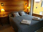 Dormitorio con cama matrimonial con sommier, amplio placar, caja fuerte y calefactor a gas.