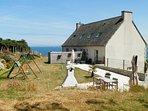 Salon de jardin, coin repas et espace barbecue, avec vue sur la mer