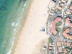 Vue satellite de la résidence bordant la plage.