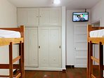 quarto 2 com dois beliches tv smart com Netflix e armários embutidos