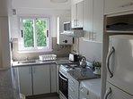 Cómoda cocina equipada, heladera con freezer
