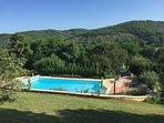 Du terrain, vu sur la piscine et sur le haut Quercy