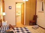 Etage - chambre n°5 - lit 160 vue sur SDB