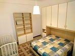 Camera da letto matrimoniale con lettino per bambini Foppa Pedretti