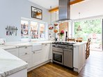 The kitchen with professional range cooker with double oven + grill!