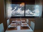Mesa de comedor con maravillosas vistas a las pistas de esquí.