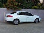 El estacionamiento es el del auto blanco (5 metros total). Vehículos más largos no caben.