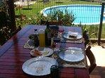 Terraza: mesa grande, barbacoa y paella