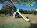 Parque infantil dentro de la urbanización