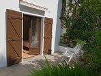 Terrasse privative et son fauteuil de jardin, orientée plein sud