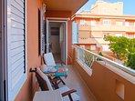 Balcón del apartamento, con vistas a la piscina y al mar atlántico.