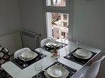 mesa con vajillas, cubiertos y cristaleria