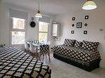 Sector del living comedor con camas individuales adaptadas a sofas