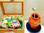 Pequeno almoço - vários chás e mel  Breakfast - tea and honey