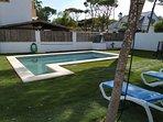Jardín delantero, con piscina privada