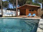 frontal y piscina privada con 4 tumbonas y una hamaca