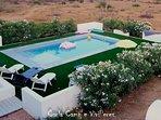 Vista 'aérea' de la piscina y alrededores... Rodeado de adelfas blancas que dan total privacidad.