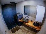 Vista 'aérea' del baño de la suite. Con ducha en formato lluvia.