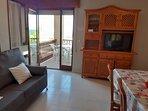 salón-comedor  con terraza al mar
