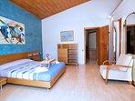 Habitación suite con baño y terraza