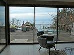 Le lac vu depuis la cuisine et le salon, la grande terrasse de 80 m2