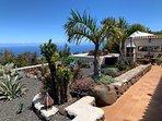Zicht naar rechts op de cactustuin het zonneterras en de patio.