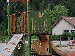 Aire de jeu pour enfants à 50 mètres du meublé.