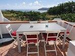 Terrazzo con tavolo, sedie ed ombrellone con vosta Santo Stefano