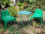 Giardino con poltrone per il relax