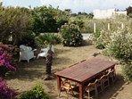 Giardino con tavolo per 12 persone per fare cena invitando amici