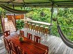 Balcón con vistas a las montañas , barra  con bancos  mesa familiar y hamacas