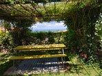 Tavolo e panche vista mare e tramonto sul golfo di Follonica e l'isola d'Elba.