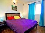 Chambre climatisée côté océan avec mobilier et parquet créoles (lit QS)