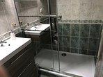 salle de bains avec douche italienne