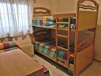 Dormitorio con tres camas del apartamento LA FRAGATA - Salobreña