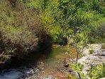 Rivière permettant de se rafraichir sur les sentiers de randonnée qui partent du gîte