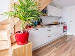 Coin cuisine entièrement équipée : bouilloire, cafetière électrique, grille pain, lave-vaisselle...