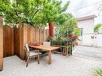 Patio aménagé avec table et chaises en accès libre et commun à nos trois logements.