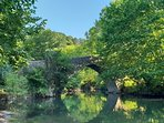 Pont romans qui enjambe la Nivelle à 200 mètre du Gîte. Départs de randonnée.
