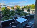 Amplia Terraza con mesa y sillas de exterior