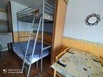 Cama doble de 1.35 por 1,90 y cama individual de 0.90 por 2 m