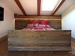 Bett im Südflügel des Penthouse Gut Stohrerhof am Ammersee