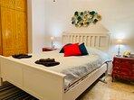 Master sovrum. Säng 160x200, stora garderober.