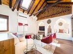 Amplio salon con vigas de madera originales