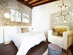Dormitorio con cama de 150 cm de ancho y colchón viscoelastico de primera calidad