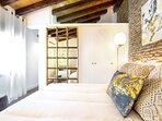 Dormitorio con armario amplio y espacio para guardar las maletas