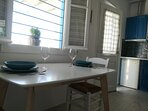 Un grande table pour les dîners romantiques ou les joyeux  petits-éjeuners en famille